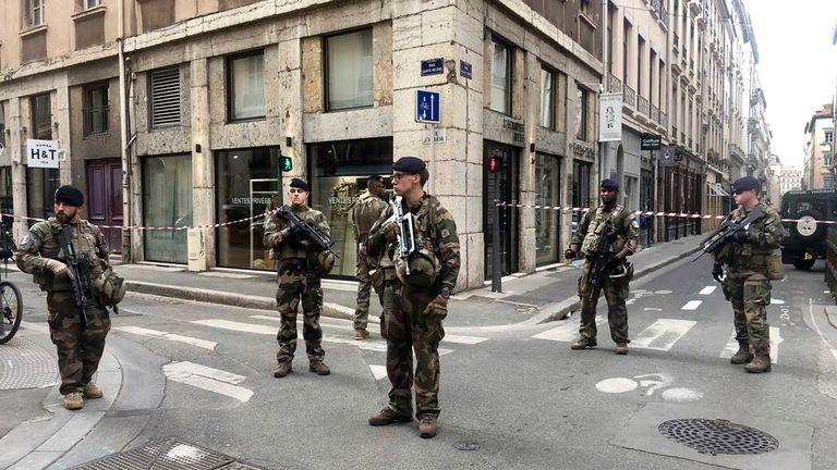 """Les soldats du plan anti-terroriste français """"Vigipirate Mission"""" sécurisent l'accès près du site d'un attentat à la bombe présumé au centre de Lyon"""