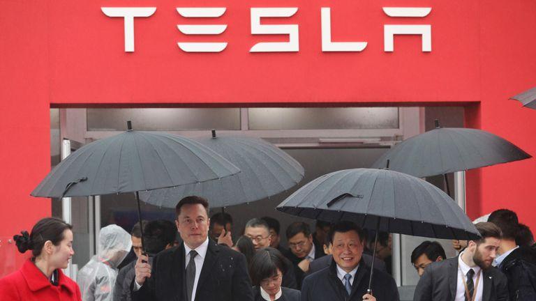Le 7 janvier 2019, Elon Musk (à gauche), patron de Tesla, accompagne le maire de Shanghai lors de la cérémonie d'inauguration des travaux d'une usine Tesla à Shanghai. - Musk a présidé l'inauguration des travaux d'une usine de Shanghai qui autorisera la voiture électrique fabricant à esquiver le trafic tarifaire entre la Chine et les États-Unis et à vendre directement au plus grand marché du monde pour