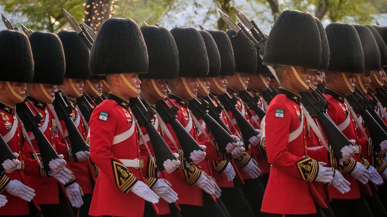 Bangkok, Thaïlande - 05 mai: La garde royale mars lors de la procession de terre royale pour le roi Maha Vajiralongkorn le 5 mai 2019 à Bangkok, en Thaïlande. La Thaïlande a célébré son premier couronnement pour la première fois depuis près de sept ans. Le roi Maha Vajiralongkorn, alias Rama X, a été couronné samedi après une longue période de deuil pour le roi Bhumibol Adulyadej, décédé en octobre 2016 à l'âge de 88 ans. Le roi Vajiralongkorn aurait coûté environ 31 millions de dollars à une cérémonie complexe de trois jours