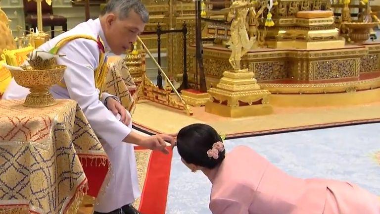 La télévision thaïlandaise a montré une vidéo de Suthida se prosternant devant le roi