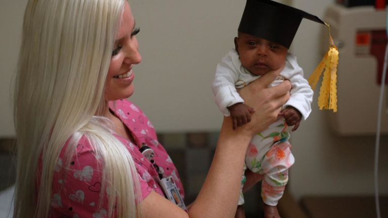 Saybie a quitté l'unité avec un chapeau de graduation. Photo: Hôpital Sharp Mary Birch