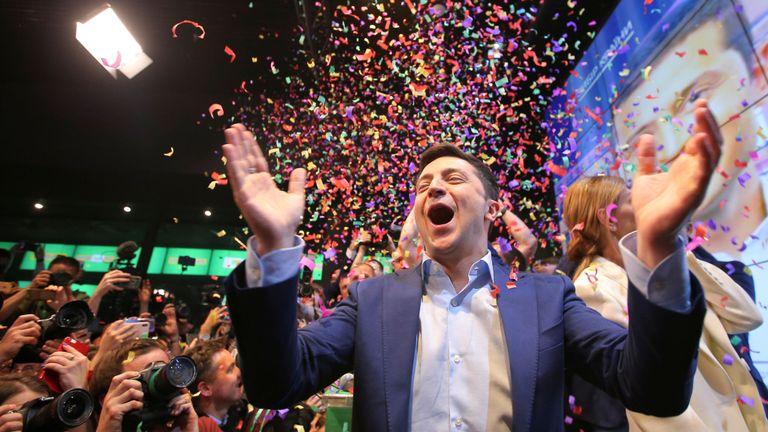 Le candidat à la présidence ukrainienne Volodymyr Zelenskiy réagit à l'annonce du premier scrutin à la sortie du scrutin lors d'une élection présidentielle à son siège de campagne à Kiev, en Ukraine, le 21 avril 2019