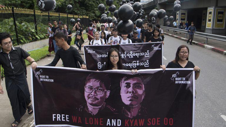 Les partisans des journalistes du Myanmar détenus, Wa Lone et Kyaw Soe Oo, défilent lors d'un rassemblement réclamant leur libération