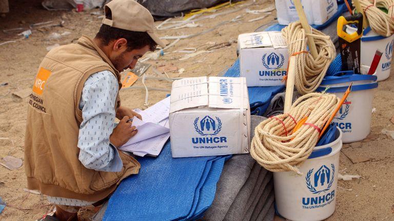 Les Yéménites déplacées des zones proches de la frontière avec l'Arabie saoudite reçoivent une aide humanitaire