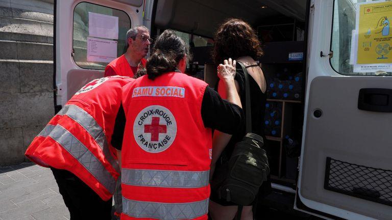 La Croix-Rouge française distribue de l'eau pour aider les gens à rester hydratés pendant la canicule