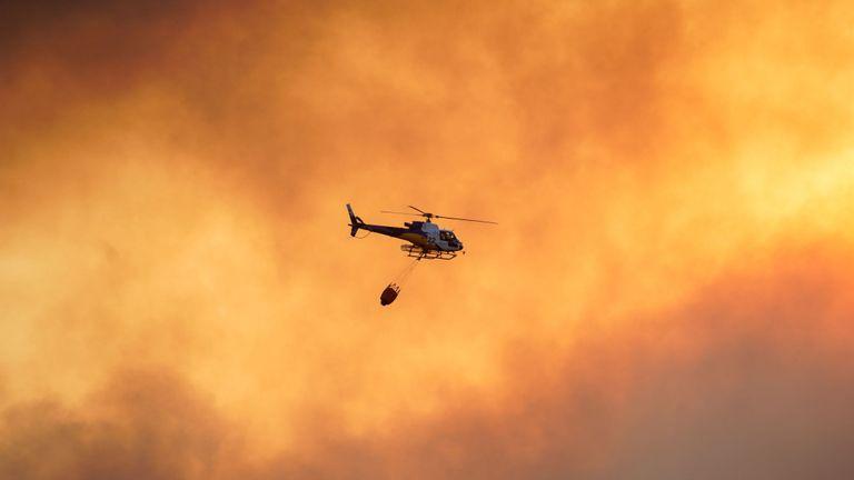 Un hélicoptère survole un feu de forêt près de la ville de Tolède, en Espagne.