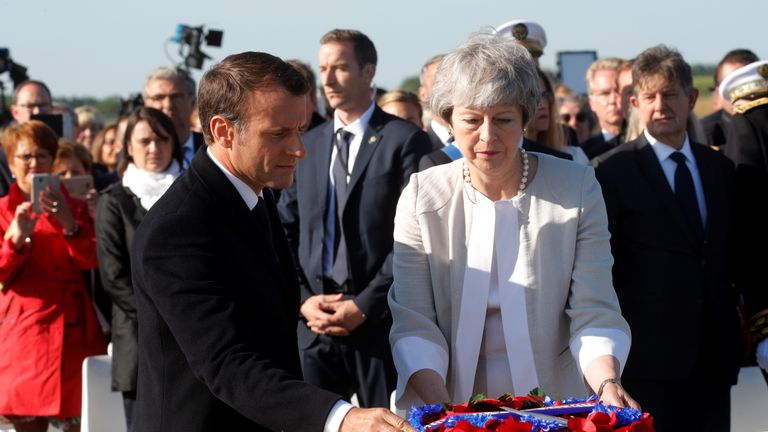 Le président français Emmanuel Macron et la première ministre britannique Theresa May déposent une gerbe de fleurs sur la première pierre commémorative d'un mémorial britannique.