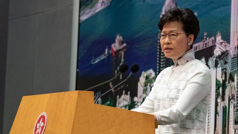 HONG KONG, HONG KONG - 15 juin: Carrie Lam, directrice générale de Hong Kong, prend la parole lors d'une conférence de presse au complexe du gouvernement central le 15 juin 2019 à Hong Kong, Chine. Le chef de la direction hongkongaise Carrie Lam a annoncé le report d'un projet de loi controversé sur l'extradition en Chine et de ses avancées samedi après les récents affrontements entre la police et les manifestants devant les bâtiments du gouvernement à propos du projet de loi autorisant l'envoi de criminels présumés sur le continent. Environ 1 million de personnes sont descendues dans les rues dimanche pour protester contre le projet de loi alors que des affrontements opposant manifestants à la police ont éclaté après la marche pacifique et beaucoup pensent que l'amendement proposé éroderait les protections juridiques de Hong Kong et exposerait ses citoyens à un risque d'extradition vers la Chine. . (Photo par Anthony Kwan / Getty Images)