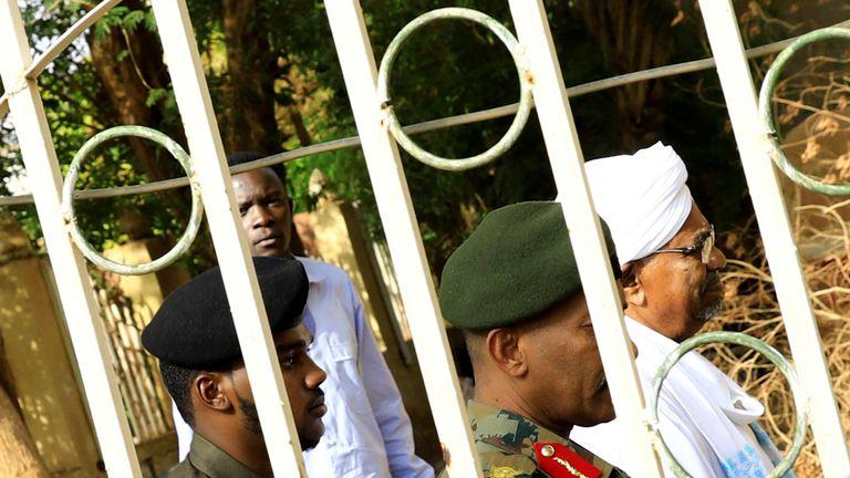 L'ancien président soudanais Omar al-Bashir quitte le bureau du procureur chargé de la lutte contre la corruption à Khartoum (Soudan) le 16 juin 2019. REUTERS / Umit Bektas