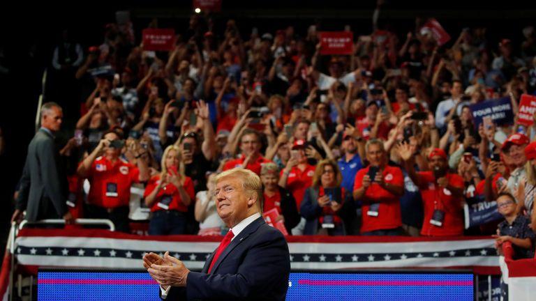 Le président américain Donald Trump réagit sur scène en lançant officiellement sa candidature à la réélection par un rassemblement à Orlando, Floride, États-Unis, le 18 juin 2019. REUTERS / Carlos Barria