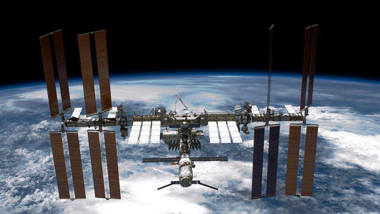 DANS L'ESPACE - 29 MAI: Dans ce document fourni par la NASA (Administration nationale de l'aéronautique et de l'espace), la station spatiale internationale (ISS) est vue depuis la navette spatiale Endeavour après que la station et la navette aient commencé leur relatif séparation le 29 mai 2011 dans l'espace. Après 20 ans, 25 missions et plus de 115 millions de kilomètres dans l'espace, la navette spatiale Endeavour de la NASA en est à la dernière étape de son dernier vol vers la Station spatiale internationale avant d'être retirée et donnée au California Science Center de Los Angeles. Le capitaine Mark E. Kelly, l'époux de la représentante des États-Unis, Gabrielle Giffords (D-AZ), a dirigé la mission STS-134, qui a livré le Logistic Express Carrier-3 (ELC-3) et le spectromètre magnétique Alpha (AMS-2). à la station spatiale internationale. (Photo de la NASA via Getty Images)