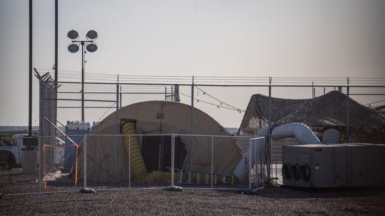 Une installation temporaire mise en place pour retenir les migrants est illustrée dans un poste de patrouille de la frontière américaine à Clint, au Texas, le 25 juin 2019. - Des avocats qui ont pu se rendre sur les lieux dans le cadre de la colonie de Flores, qui régit les conditions de détention des enfants migrants, ont déclaré avoir été témoins de conditions inhumaines de surpeuplement et d'environ 250 enfants détenus pendant plus de 72 heures, certains affirmant qu'ils étaient là pendant des semaines dans des cellules surpeuplées. (Photo de Paul Ratje / AFP) (Le crédit photo doit se lire comme suit: PAUL RATJE / AFP / Getty Images)