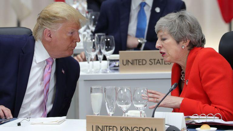 La Première ministre britannique Theresa May s'entretient avec le président américain Donald Trump lors du sommet du G20 à Osaka, au Japon, le 28 juin 2019. Sputnik / Mikhail Klimentyev / Kremlin via REUTERS ATTENTION AUX RÉDACTEURS - CETTE IMAGE A ÉTÉ FOURNIE PAR UNE TROISIÈME PARTIE.