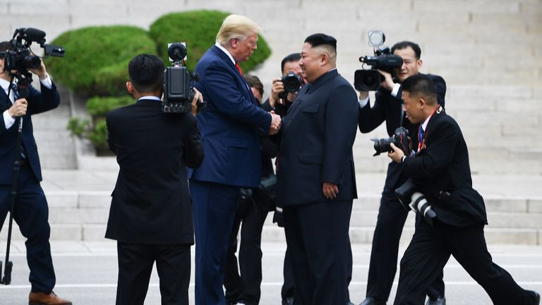 Le chef de la Corée du Nord, Kim Jong Un, serre la main du président américain Donald Trump au nord de la ligne de démarcation militaire qui sépare la Corée du Nord et la Corée du Sud, dans la zone de sécurité commune de Panmunjom dans la zone démilitarisée (DMZ) le 30 juin 2019. ( Photo de Brendan Smialowski / AFP) (Le crédit photo doit se lire comme suit: BRENDAN SMIALOWSKI / AFP / Getty Images)