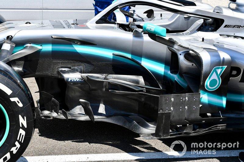 Péniche sur Mercedes AMG F1 W10