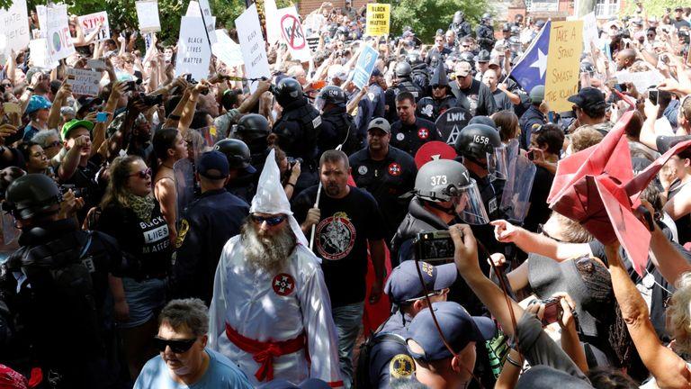 La police anti-émeute protège les membres du Ku Klux Klan contre les contre-manifestants alors qu'ils arrivent pour s'opposer aux propositions de la ville visant à supprimer ou à modifier les monuments confédérés à Charlottesville, en Virginie
