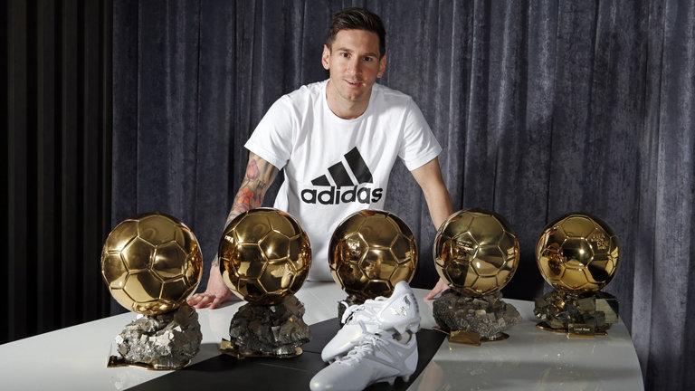 Lionel Messi avec cinq bottes adidas Ballon d'Or et Platinum