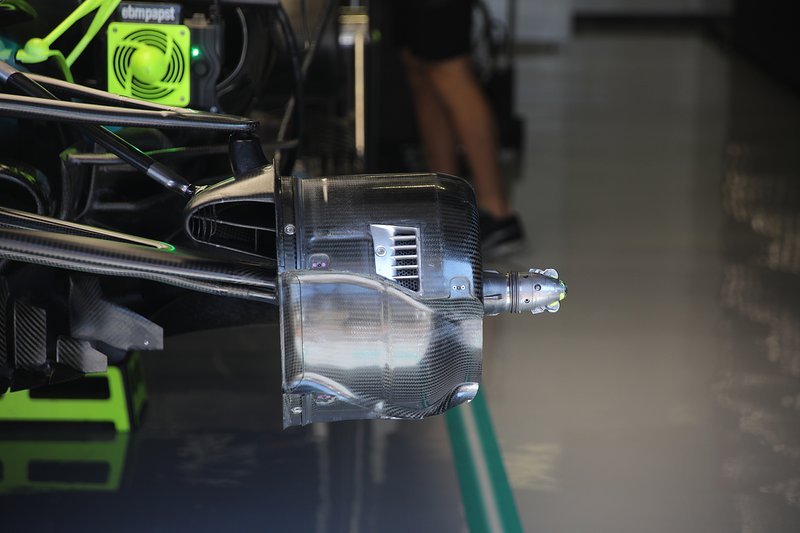 Mercedes AMG F1 W10, suspension avant