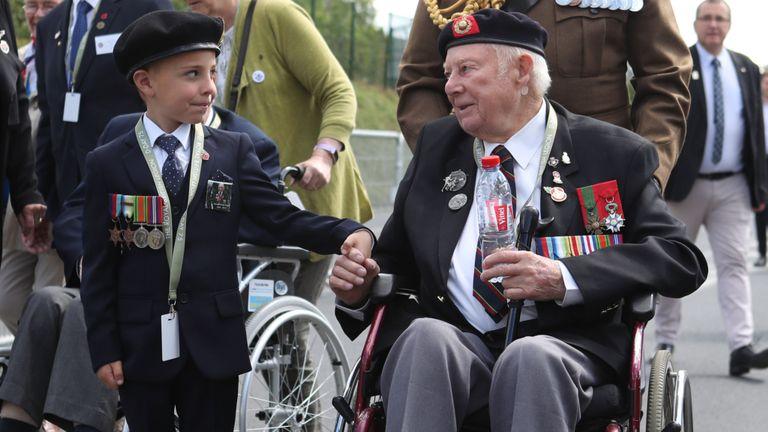 John Quinn, ancien combattant du jour J, rencontre George Sayer, 6 ans, à Bayeux, en France, à l'occasion du 75e anniversaire du débarquement du jour J
