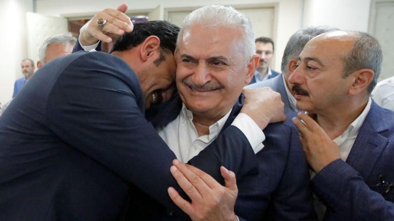 Binali Yildirim est embrassé par un partisan du parti au pouvoir en Turquie
