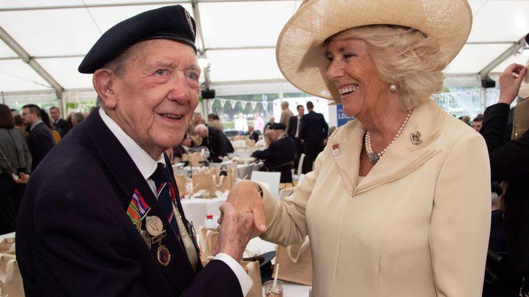 Ronald Wilson, 94 ans, accueille la duchesse de Cornouailles lors d'une réception après le service à Bayeux