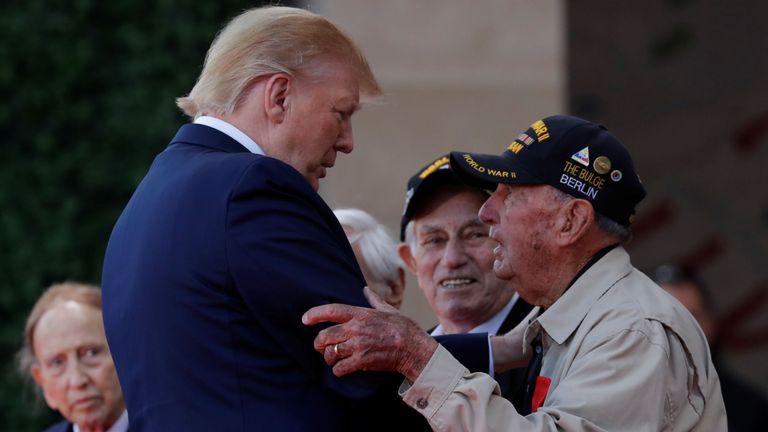 Donald Trump accueille les anciens combattants de la Seconde Guerre mondiale lors de la cérémonie de commémoration du 75e anniversaire du jour J au cimetière américain de Colleville-sur-Mer en Normandie