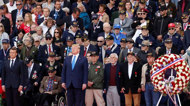 Emmanuel Macron et Donald Trump lors d'une cérémonie marquant le 75e anniversaire du jour J au cimetière et mémorial américain de Normandie à Colleville-sur-Mer, en France
