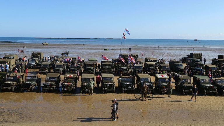 Des véhicules militaires bordent la plage d'Arromanches en Normandie