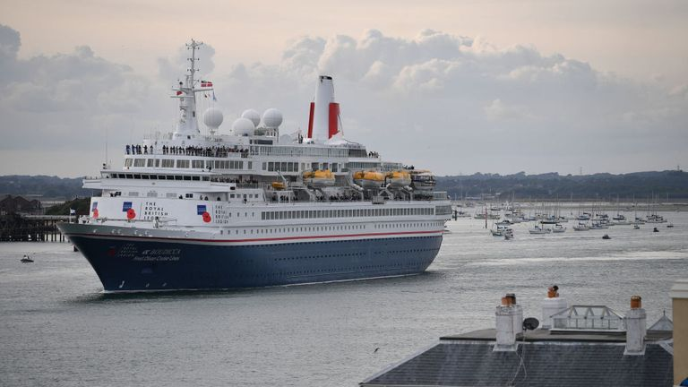 PORTSMOUTH, ANGLETERRE - 5 juin: Le navire de croisière Boudicca affrété par la région royale britannique part avec des anciens combattants pour retracer le voyage entrepris il y a 75 ans le 05 juin 2019 à Portsmouth, en Angleterre. Les chefs politiques de 16 pays impliqués dans la Seconde Guerre mondiale ont rejoint Sa Majesté la reine sur la côte sud du Royaume-Uni pour un service commémorant le 75e anniversaire du jour J. Du jour au lendemain, il a été annoncé que les 16 pays avaient signé une proclamation historique de la paix pour faire face aux horreurs du deuxième monde.