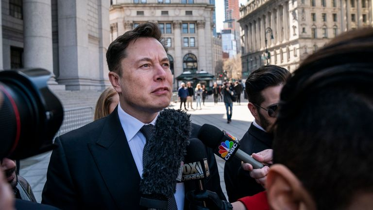 New York, New York - 4 avril: Elon Musk, PDG de Tesla, arrive à la cour fédérale, le 4 avril 2019 à New York. Un juge fédéral entendra les plaidoiries cet après-midi dans le cadre d'un procès intenté par la Securities and Exchange Commission (SEC) américaine qui cherche à condamner Musk au mépris pour avoir violé un accord de transaction. (Photo de Drew Angerer / Getty Images)