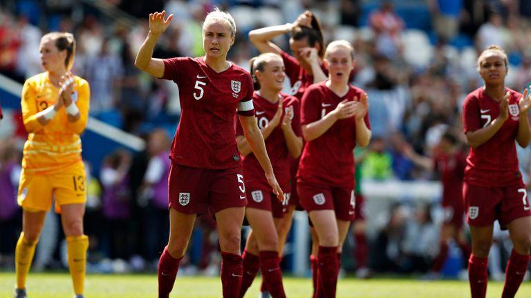 Steph Houghton, d'Angleterre, fait signe à la foule après un match contre les Néo-Zélandaises