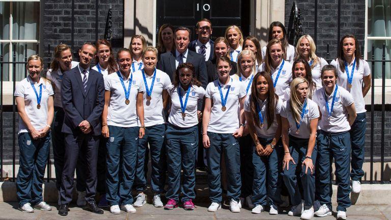 L'équipe d'Angleterre pose avec l'ancien Premier ministre David Cameron devant le 10 Downing Street après la Coupe du monde 2015