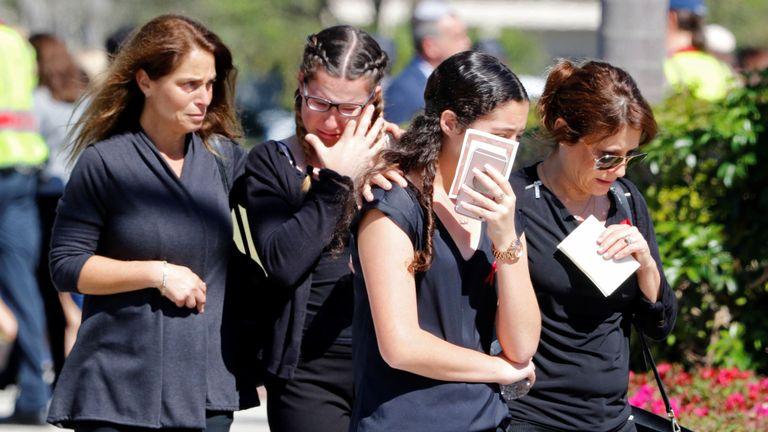 Les pleureuses pleurent à l'enterrement d'Alyssa Alhadeff, âgée de 14 ans