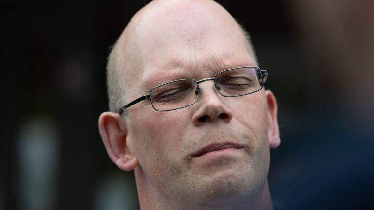Frank Brinkers, dont le père a été tué par Hoegel, ferme les yeux devant le tribunal