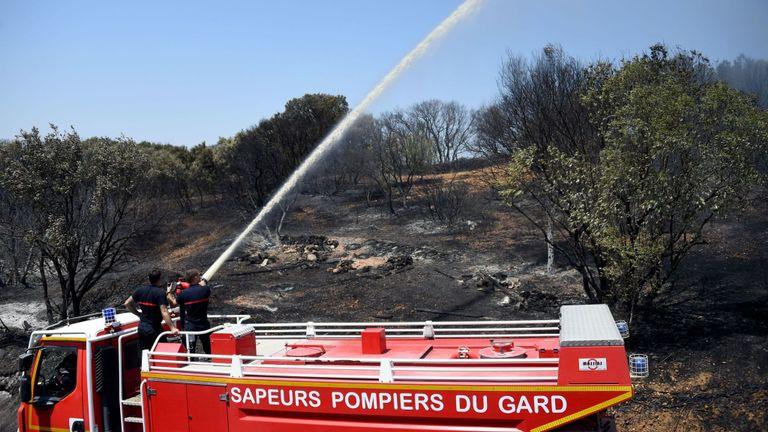 Plus de 700 pompiers et 10 avions ont été déployés samedi pour lutter contre les incendies de forêt dans le sud de la France