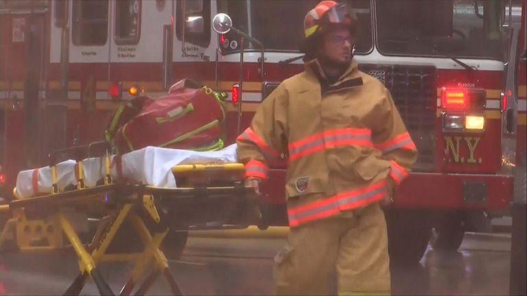 Un pompier porte une civière sur les lieux de l'incident