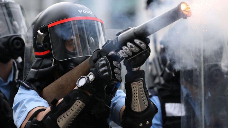 La police de Hong Kong a tiré des gaz lacrymogènes au cours de la manifestation contre un projet de loi sur l'extradition