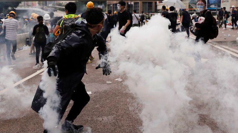 Un manifestant jette une cartouche de gaz lacrymogène lors de manifestations à Hong Kong
