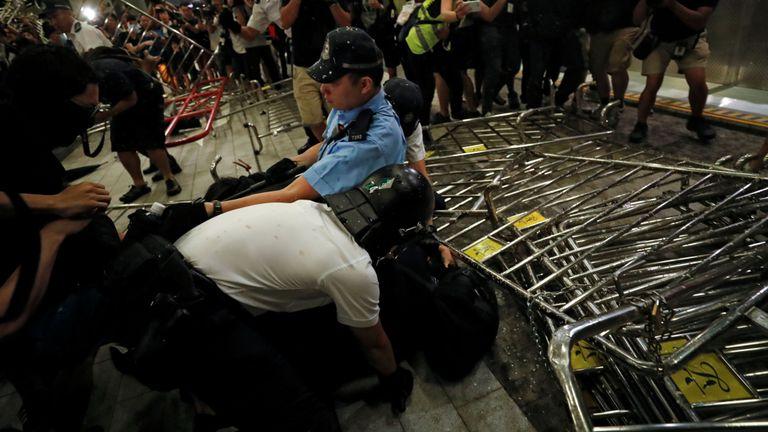 Plusieurs centaines de manifestants se sont affrontés avec la police devant le bâtiment du parlement de Hong Kong