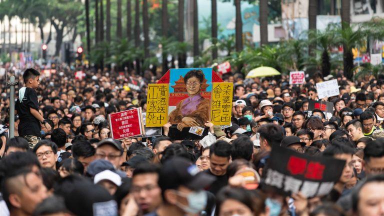 HONG KONG, HONG KONG - 16 juin: Des manifestants manifestent contre le projet de loi sur l'extradition, actuellement suspendu, le 16 juin 2019 à Hong Kong, Chine. Un grand nombre de manifestants se sont rassemblés dimanche, malgré l'annonce faite hier par la directrice générale de Hong Kong, Carrie Lam, que le projet de loi controversé sur l'extradition sera suspendu pour une durée indéterminée. (Photo par Billy H.C. Kwok / Getty Images)