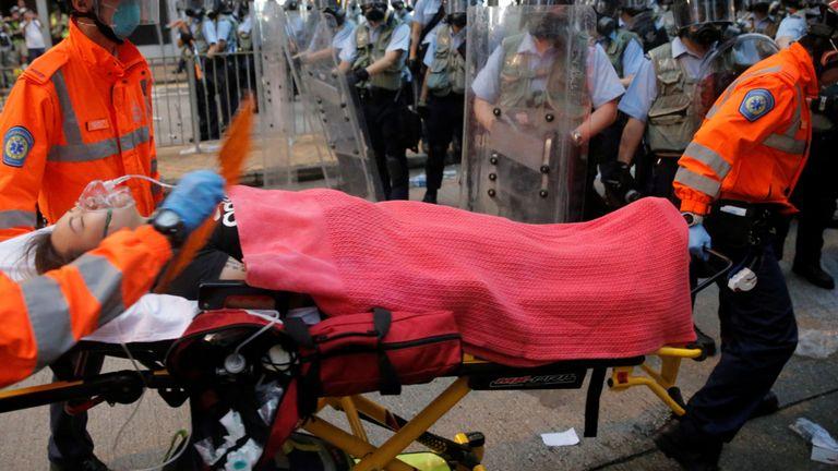 Un manifestant est porté sur une civière par des ambulanciers paramédicaux