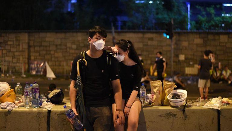 TOPSHOT - Les manifestants se reposent la nuit après une manifestation contre une proposition de loi controversée sur l'extradition à Hong Kong le 12 juin 2019. - De violents affrontements ont éclaté à Hong Kong le 12 juin alors que la police tentait d'empêcher les manifestants de prendre d'assaut la ville. Parlement, alors que des dizaines de milliers de personnes ont bloqué des artères clés lors d'une manifestation de force contre les projets du gouvernement d'autoriser les extraditions vers la Chine. (Photo par HECTOR RETAMAL / AFP) (Le crédit photo doit correspondre à HECTOR RETAMAL / AFP / Getty Images)