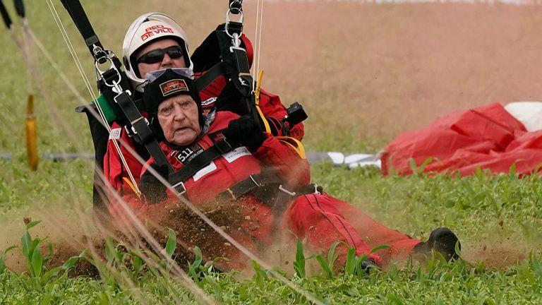 SANNERVILLE, France - 5 juin: Jock Hutton, un vétéran du jour J, âgé de 95 ans, débarque alors qu'il tandem saute avec les Diables Rouges du Royal Parachute Regiment dans une chute en parachute sur des champs à Sannerville le 05 juin 2019 à Sannerville, France . Anciens combattants, familles, visiteurs et militaires se sont réunis en Normandie le 6 juin pour commémorer le 75e anniversaire du débarquement en Normandie, qui annonçait l'avancée des Alliés vers l'Allemagne et la victoire en Europe 11 mois plus tard. (Photo de Christo