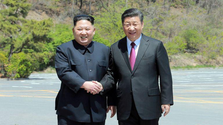 Le dirigeant nord-coréen Kim Jong Un serre la main sur le président chinois Xi Jinping, à Dalian, en Chine, dans cette photo non datée publiée le 9 mai 2018