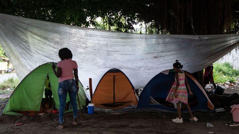 Les migrants au Mexique près des tentes où ils vivent temporairement jusqu'à ce qu'ils puissent trouver un abri