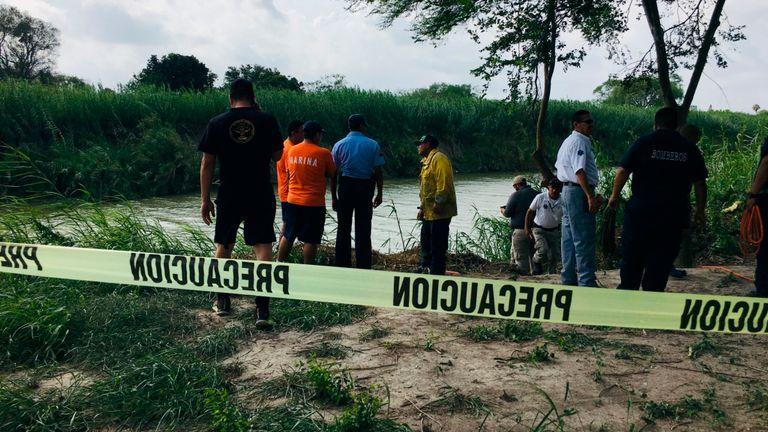 Les autorités de la banque Rio Grande où ont été retrouvés les corps du migrant salvadorien Oscar Alberto Martínez Ramírez et de sa fille Valeria, âgée de 2 ans, à Matamoros, au Mexique