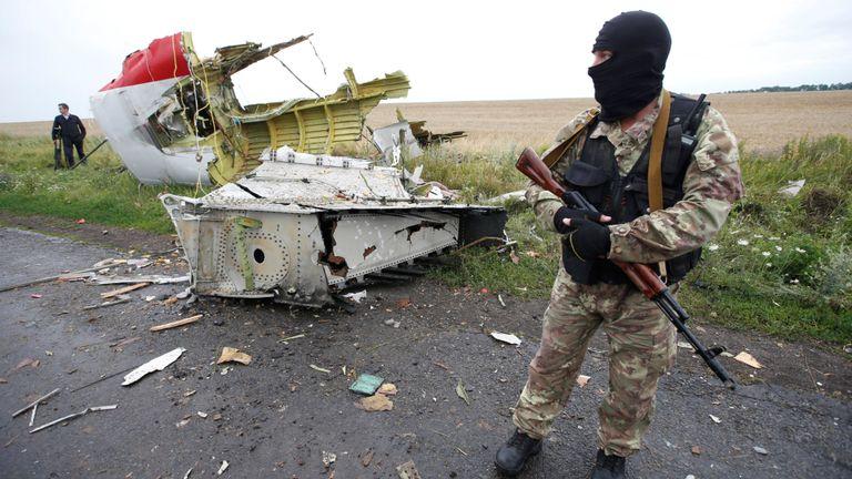 Un séparatiste pro-russe sur le site du crash du vol MH17 de Malaysia Airlines, près du village de Hrabove (Grabovo) dans la région de Donetsk, en Ukraine