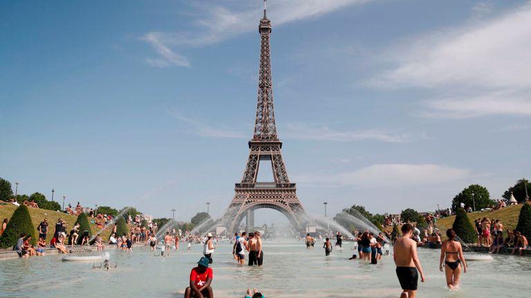 Les gens essaient de garder leur calme dans la fontaine du Trocadéro devant la Tour Eiffel à Paris