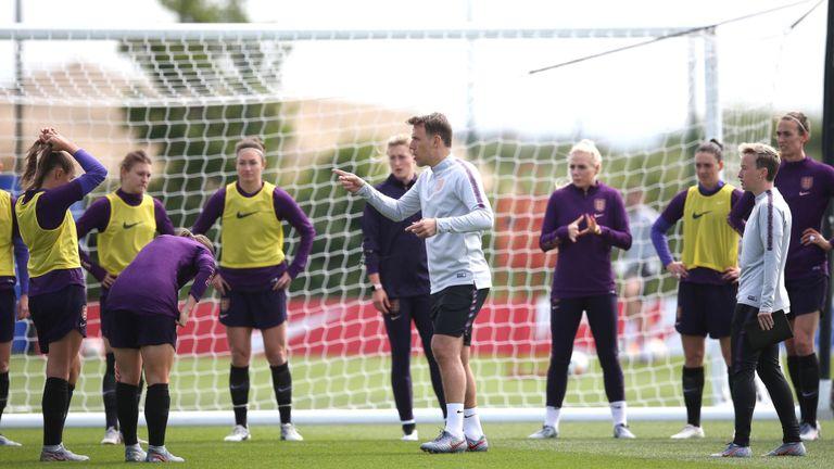 Le manager Phil Neville donne des instructions à ses joueurs lors d'une séance d'entraînement