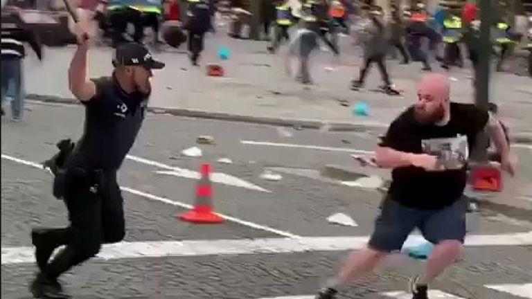 Un fan est poursuivi par un officier dans la fan-zone